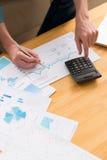 analysant des données financières Image stock