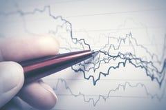 analysant des données financières photos stock
