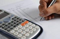 analysant la calculatrice comptant des données financières photos stock