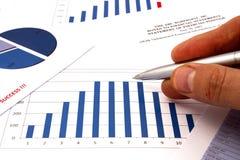 analysant la calculatrice comptant des données financières Images libres de droits
