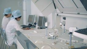 Analysator der klinischen Chemie arbeitet in einem medizinischen Labor stock footage
