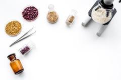 Analyse alimentaire Riz sous le microscope sur le copyspace blanc de vue supérieure de fond image stock