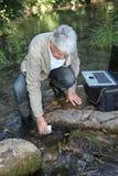 Analyse d'eau de rivière Photos stock