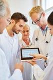 Analyse d'ECG au sujet de la fréquence cardiaque Photographie stock libre de droits