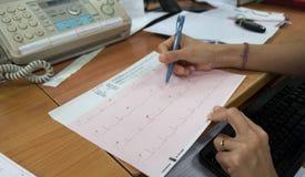 Analyse de coeur, docteur disponible du graphique ECG d'électrocardiogramme à l'hôpital Images libres de droits