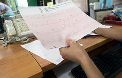 Analyse de coeur, docteur disponible du graphique ECG d'électrocardiogramme à l'hôpital Photographie stock