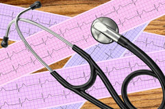 Analyse de coeur, graphique d'électrocardiogramme (ECG) et stéthoscope Image stock