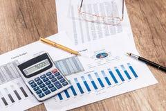 Analyse de graphiques et de diagrammes de comptabilité financière compte au sujet du budget annuel de coût images libres de droits