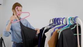 Analyse de la garde-robe Une femme comprend sa garde-robe Vêtements de sortes par le type, ce qui et ce qui à porter, ce qui à ac banque de vidéos