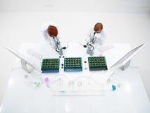 Analyse de laboratoire de microscope d'étudiants photo stock
