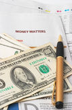 Analyse de marché monétaire, calculatrice, argent comptant Images libres de droits