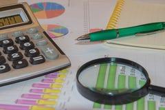 Analyse de rapport de ventes avec le stylo et la calculatrice Photos libres de droits
