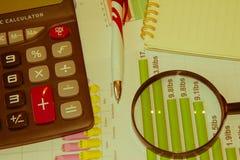 Analyse de rapport de ventes avec le stylo et la calculatrice Images stock