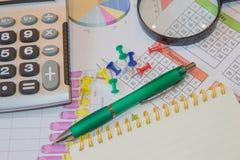 Analyse de rapport de ventes avec le stylo et la calculatrice Photo stock