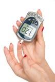 Analyse de sang de niveau de mesure de glucose de diabète avec le glucometer Image libre de droits