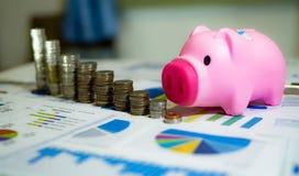 analyse des diagrammes et des graphiques de revenu avec la calculatrice Images stock