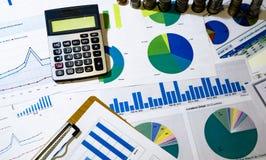 analyse des diagrammes et des graphiques de revenu avec la calculatrice Photos stock