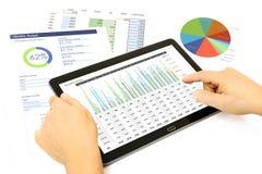 Analyse des données financières sur le comprimé photographie stock libre de droits