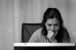 Analyse des données sur un ordinateur Photographie stock libre de droits