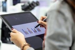 Analyse des résultats expérimentaux dans le laboratoire images stock