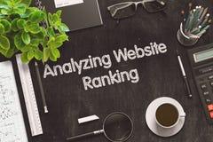 Analyse du rang de site Web sur le tableau noir rendu 3d Photos stock