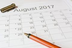 Analyse eines Kalenders August Stockfoto