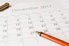 Analyse eines Kalenders Dezember stockfotos