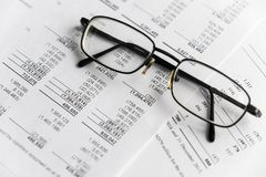 Analyse financière - rapport des revenus de résultats, plan d'action avec le verre photographie stock libre de droits