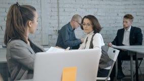 Analyse qualifiée et réussie de femme financière ou représentant de finances clips vidéos