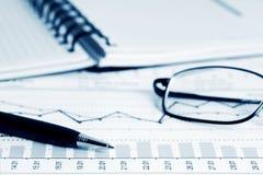 Analyse van bedrijfsgrafieken. Stock Afbeelding