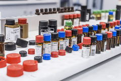 Analyse van bloedbuizen in laboratorium Stock Foto