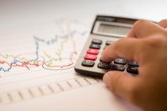 Analyse van calculator de Financiële grafieken Royalty-vrije Stock Fotografie