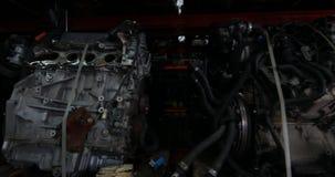 Analyse van de motor van een auto stock videobeelden