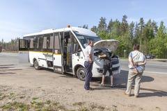 Analyse van de toeristenbus op de weg royalty-vrije stock foto