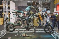 Analyse van een motor bij EICMA 2014 in Milaan, Italië Stock Foto