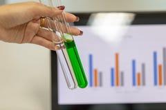 Analyse van experimentele resultaten in laboratorium royalty-vrije stock fotografie