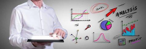 Analysekonzept mit dem Mann, der eine Tablette verwendet Lizenzfreies Stockfoto