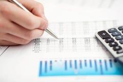 Analyser de données financières. Compte sur la calculatrice. images libres de droits