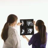 analysera doktorer ray x royaltyfri fotografi