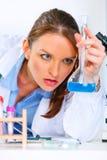 analysera eftertänksamma resultat för doktor testa kvinnan Fotografering för Bildbyråer