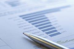 analysera räknemaskinen som räknar finansiella data Arkivbilder