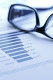 analysera räknemaskinen som räknar finansiella data Arkivfoton