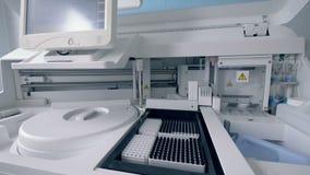 Analysera upp maskinen på ett sjukhus, slut arkivfilmer
