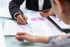 analysering av affärskvinnaworking arkivbilder