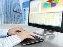 Analysering av data på datoren Royaltyfri Foto