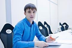 Analysering av diagram och av rapporter Den smilling mannen kontrollerar datan i rapporten framfört arbete för begrepp 3d bild Ar Royaltyfria Foton