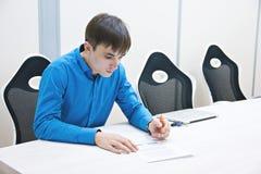 Analysering av diagram och av rapporter Personen kontrollerar datan i rapporten framfört arbete för begrepp 3d bild Arbete i kont Royaltyfri Foto