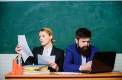 Analysering av strategi Skrivbordsarbete white f?r kontor f?r livstid f?r bild f?r bakgrund 3d Aff?rsman och sekreterare aff?rspa arkivbild