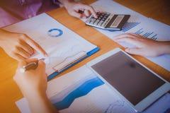 Analysering för affärsfolk arkivfoto