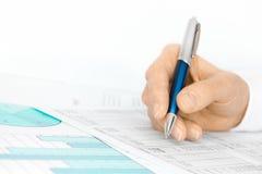 Analysieren der Abbildungen auf Kalkulationstabelle Lizenzfreie Stockfotos